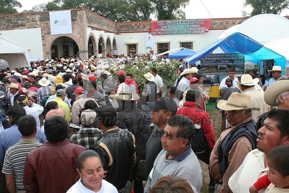Jocotitlán, México.- En el Rancho Tiacaque se instalo la  Feria de Desarrollo Agropecuario en donde se ofrecerán  precios bajos en ganado, maquinaria y semillas para los productores de la región, platicas sobre nuevas técnicas de producción entre otras cosas, con una duración de 3 días. Agencia MVT / José Hernández