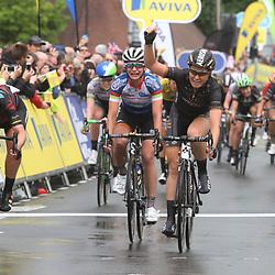 STRAFORD (GB) cycling:    <br /> Amy Pieters heeft de tweede etappe van de Aviva Women's Tour gewonnen. De renster van Wiggle-High 5 won de sprint van een uitgedunde eerste groep. De Noord-Hollandse ging de Duitse Lisa Brennauer (tweede) nipt vooraf, Marianne Vos werd derde. De olympische kampioene van Londen is daarmee de nieuwe leidster.