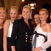 NLD/Amsterdam/20060906 - Modeshow Monique Collignon winter 2006, Monique en alle mannequins
