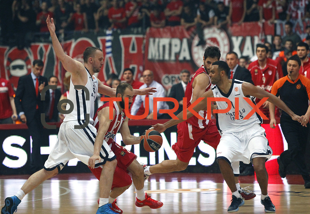 Olympiacos's Vassilis Spanoulis (C) and Anadolu Efes's Joshua Shipp (R) during their Turkish Airlines Euroleague Basketball playoffs Game 5 Olympiacos between Anadolu Efes at SEF Indoor Hall in Piraeus, in Greece, Friday, April 26, 2013. Photo by TURKPIX