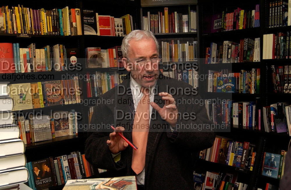 Simon Callow, Hatchards christmas party, Piccadilly, 4 December 2003. © Copyright Photograph by Dafydd Jones 66 Stockwell Park Rd. London SW9 0DA Tel 020 7733 0108 www.dafjones.com