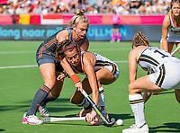 ANTWERPEN -  Laurien Leurink (Ned) in duel met Selin Oruz (Ger) tijdens de finale  dames  Nederland-Duitsland bij het Europees kampioenschap hockey.  COPYRIGHT  KOEN SUYK