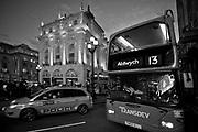 Londyn, 2009-03-05.  Piccadilly Circus Ė plac i skrzy?owanie g?ůwnych ulic w centrum rozrywkowej dzielnicy West End. To miejsce spotka? londy?czykůw i atrakcja turystyczna Londynu