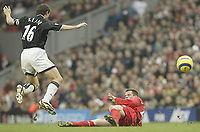 Fotball<br /> England 2004/22005<br /> Foto: SBI/Digitalsport<br /> NORWAY ONLY<br /> <br /> Liverpool v Manchester United<br /> FA Barclays Premiership<br /> 15/01/2005<br /> <br /> United's Roy Keane skips a challenge from Liverpool's Jamie Carragher