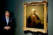 Koning Willem-Alexander opent in het Rijksmuseum Late Rembrandt, de grootste Rembrandt-tentoonstelling in bijna een halve eeuw. In de Philipsvleugel zien bezoekers dan ongeveer veertig schilderijen en zestig tekeningen uit de late periode van de beroemde Hollandse meester. <br /> <br /> King Willem-Alexander opens in the Rijksmuseum Late Rembrandt, the greatest Rembrandt exhibition in nearly half a century. In the Philips Wing see visitors than forty paintings and sixty drawings from the late period of the famous Dutch master.<br /> <br /> Op de foto / On the photo:  Koning Willem-Alexander bij het schilderij Zelfportret met twee cirkels / King Willem-Alexander next the Self Portrait painting with two circles