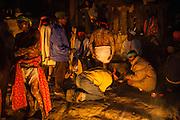 """Un grupo de hombres decoran el cuerpo de uno de los pascolas, estos son los danzantes que tienen el encargo """"acabar con el mal"""" durante la Semana Santa en Norogachi, México, el 10de abril de 2009."""