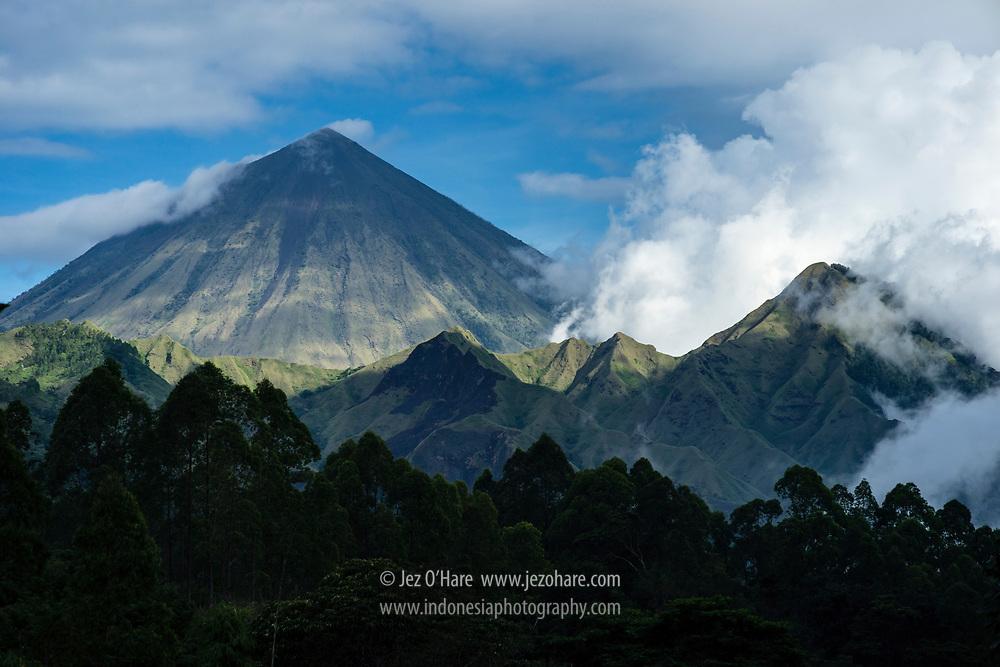 Gunung Inerie, Bajawa, Kabupaten Ngada, Flores, Nusa Tenggara Timur, Indonesia.