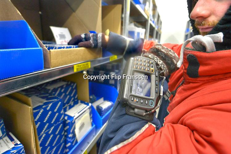 Nederland, Roermond, 17-9-2018  In een gigantisch magazijn beheert , distribueert, verzorgt UPS de distributie van medicijnen, geneesmiddelen en medische hulpmiddelen voor de fabrikanten. Van hieruit gaan ze naar de groothandel en de verschillende ketens van apothekers in Nederland en een deel van de wereld . In een vriescel worden temperatuurgevoelige medicijnen bewaard .aanpak, american, Amerikaans, Amerikaanse, Arbeid, bedrijf, Bedrijfsvoering, bevoorrading, bezorgdienst, bezorgservice, company, courier, courierservice, DIENSTVERLENING, distributie, DISTRIBUTIECENTRUM, distribution, Euregio, Europa, europe, expresdienst, expresgoederen, farma, farmaceutica, farmaceutisch, farmaceutische, GENEESMIDDELEN, gezondheidsproducten, Gezondheidszorg, Groot, healthcare, healthproducts, koerier, koeriersbedrijf, koeriersdienst, koerierservice, kosten, LIMBURG, Logistics, Logistiek, magazijn, medewerkers, medicijnen, medicijnenvoorraad, medicin, medisch, Medische, Nederland, Netherlands, Opslag, pakje, pakjes, pakjesbezorger, pakketbezorger, pakketdienst, pakketjes, pakketvervoer, pharmaceutica, pharmaceutical, Pharmaceutisch, pharmaceutische, Pharmacy, ploegendienst, post, postbedrijf, product, producten, relaxed, sneldienst, snelservice, spoed, spoeddienst, spoedpakket, stellingen, supplychain, the, Ups, van, verdelen, versturen, Vervoer, vervoeren, verzenden, voorraad, werk, Werken, west, western, zorg, industrie, brexit; ema; geneesmiddelenbeoordeling; europees; bureau; europese; regels; regelgeving; patent; octrooi; grondstoffen; merknaam; monopolie, sector . Foto: Flip Franssen