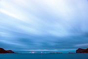 Blurry blue skies and flat blue ocean, with a red and green lantern pointing out the safe path for us | Slørete blå skyer og flatt blått hav, med en rød og grønn lykt som viser oss den trygge leida.