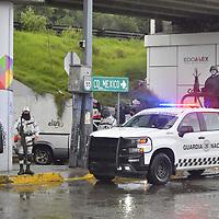 Metepec, México.- Debido a las intensas lluvias registradas en el Valle de Toluca , varios autos quedaron varados en el bajo puente ubicado en Pilares y Av Tollocan, elementos de la guardia nacional y bomberos de Metepec realizaron la maniobramos para desazolvar la zona. Agencia MVT / Arturo Hernández