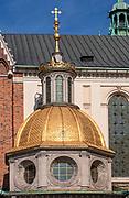 Kopuła kaplicy Zygmuntowskiej w katedrze wawelskiej w Krakowie. Kopuła pokryta jest złotą blachą z wzorem rybiej łuski. Na środku południowego spadu kopuły przymocowany jest ciemny orzeł z koroną<br /> Wawel Cathedral in Cracow.