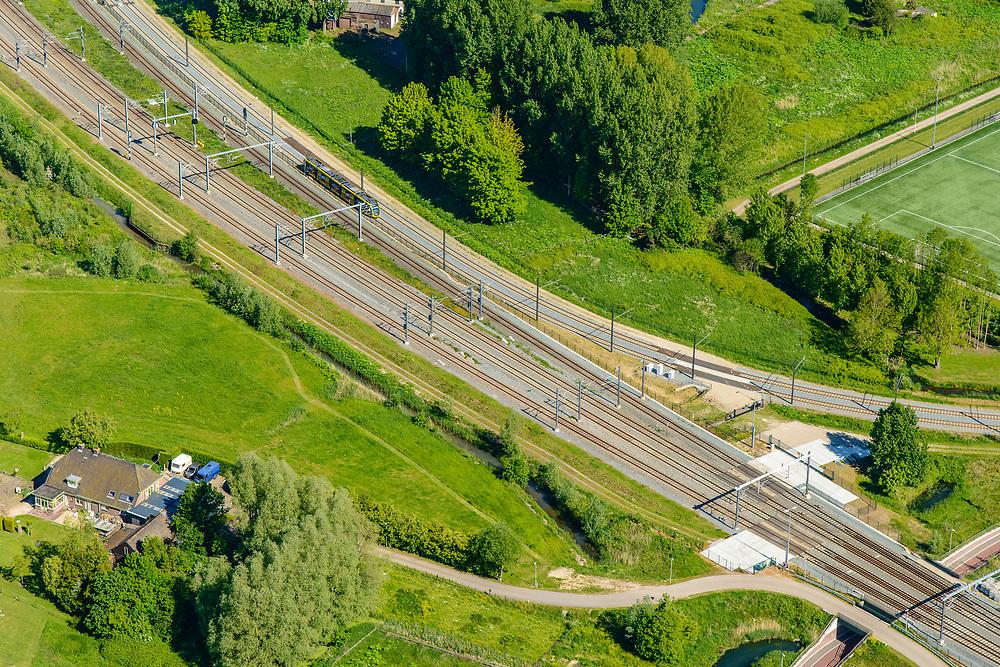 Nederland, Utrecht, Utrecht, 13-05-2019; wijk Lunetten. Het trace van de Uithoflijn (tramlijn), boven het midden, buigt hier af, richting UIthof. Naar links verschillende spoorlijnen, richting Utrecht CS (buiten beeld).<br /> De Uithoflijn is de sneltram verbinding tussen Utrecht Centraal en Utrecht Science Park / De Uithof.<br /> Uithoflijn, the express tram connection between Utrecht Central Station and Utrecht Science Park / De Uithof.<br /> luchtfoto (toeslag op standard tarieven);<br /> aerial photo (additional fee required);<br /> copyright foto/photo Siebe Swart