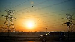 ABU DHABI -  INTER/MUNDIAL - Torcedores da Equipe do S.C. Internacional passeiam em Dubai. O S.C. Internacional participa de 8 a 18 de dezembro do Mundial de Clubes da FIFA, em Abu Dhabi. FOTO: Jefferson Bernardes/Preview.comTorres de transmissão elétrica ao longo da estrada no por-do-solEC. FOTO: Jefferson Bernardes/Preview.com