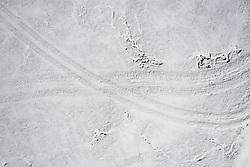 """THEMENBILD - Spuren von Fahrzeugen im Schnee. Sturmtief """"Ulla"""" sorgt für Neuschnee und kalte Temperaturen. Kals am Großglockner, Österreich am Donnerstag, 8. April 2021 // Tracks of vehicles in the snow. Storm low """"Ulla"""" provides fresh snow and cold temperatures. Thursday, April 8, 2021 in Kals, Austria. EXPA Pictures © 2021, PhotoCredit: EXPA/ Johann Groder"""