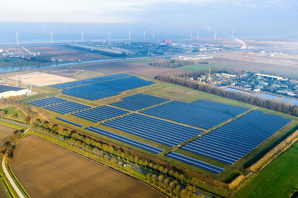 Nederland, Groningen, Delfzijl, 04-11-2018; Sunport Delfzijl, het grootste zonne-energiepark van Nederland. Het park levert onder andere stroom aan het Google datacentre in de nabij gelegen Eemshaven. Sunport Delfzijl, the largest solar energy park in the Netherlands. The park supplies power to the Google data center in the nearby Eemshaven.<br /> <br /> luchtfoto (toeslag op standaard tarieven);<br /> aerial photo (additional fee required);<br /> copyright© foto/photo Siebe Swart