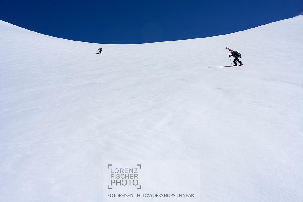 Zwei Skibergsteiger im Aufstieg zum Strahleggpass, Grindelwald, Berner Oberland, Schweiz<br /> <br /> Two ski mountaineers ascending the Strahleggpass, Grindelwald, Bernese Oberland, Switzerland