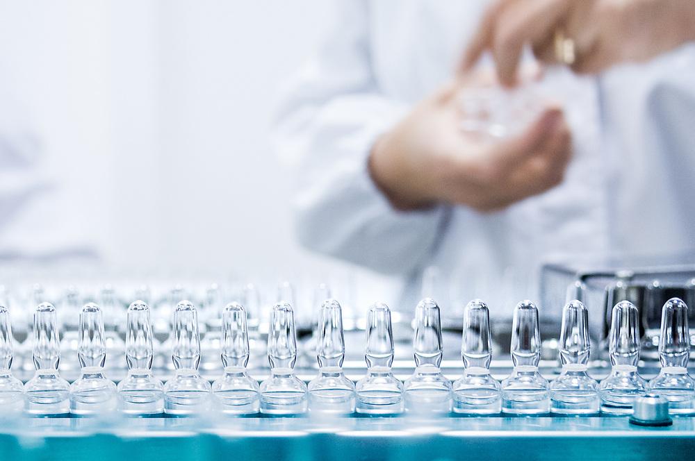 Technicien, traitant le contrôle de la qualité des liquides dans la zone de production du site de production de Sanofi à Bucarest, Roumanie. <br /> Technician, processing the quality check of liquids forms production area in Sanofi production site in Bucharest, Romania.