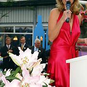 NLD/Lisse/20050512 - Frederique van der Wal doopt haar lelie genaamd Frederique's Choice in de Keukenhof