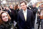 Premier Jan Peter Balkenende doet de deur dicht van het glazen huis op de Neude in Utrecht. Daarmee sluit hij de dj's Giel Beelen, Gerard Ekdom en Sander Lantinga voor zes dagen op. <br /> <br /> In het kader van de actie Serious Request van radiostation 3FM eten zij tot kerstavond niet, en maken de dj's 24 uur per dag live radio. Hiermee willen zij zo veel mogelijk geld inzamelen voor de slachtoffers van landmijnen. Luisteraars kunnen tegen betaling verzoeknummers aanvragen. <br /> <br /> Op de foto:<br />  Jan Peter Balkenende doet een donatie en praat met omstanders