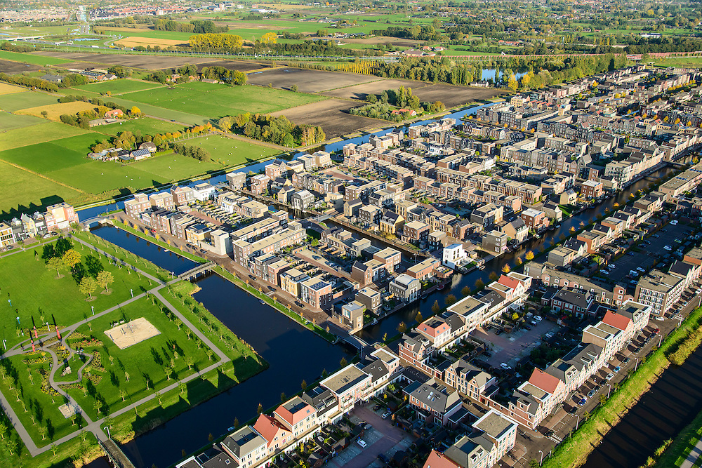 Nederland, Utrecht, Amersfoort, 24-10-2013; de wijk Vathorst, deelplan De Laak. Het stedenbouwkundig plan (van de stedebouwkundigen West8 met Adriaan Geuze ). Grachtenstad. De nieuwe wijk grenst aan de polders tussen Bunschoten-Spakenburg en Nijkerk .<br /> New housing district Vathorst in Amersfoort, the urban plan of this Canal City, is based on canals with canal house-style houses. Developed by the urban development agency West8, Adriaan Geuze.<br /> luchtfoto (toeslag op standaard tarieven);<br /> aerial photo (additional fee required);<br /> copyright foto/photo Siebe Swa