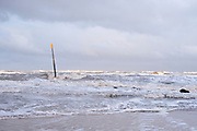 Golfbreker in zee bij het Zuiderstrand, Den Haag | Breakwater in the sea at the Zuiderstrand, The Hague