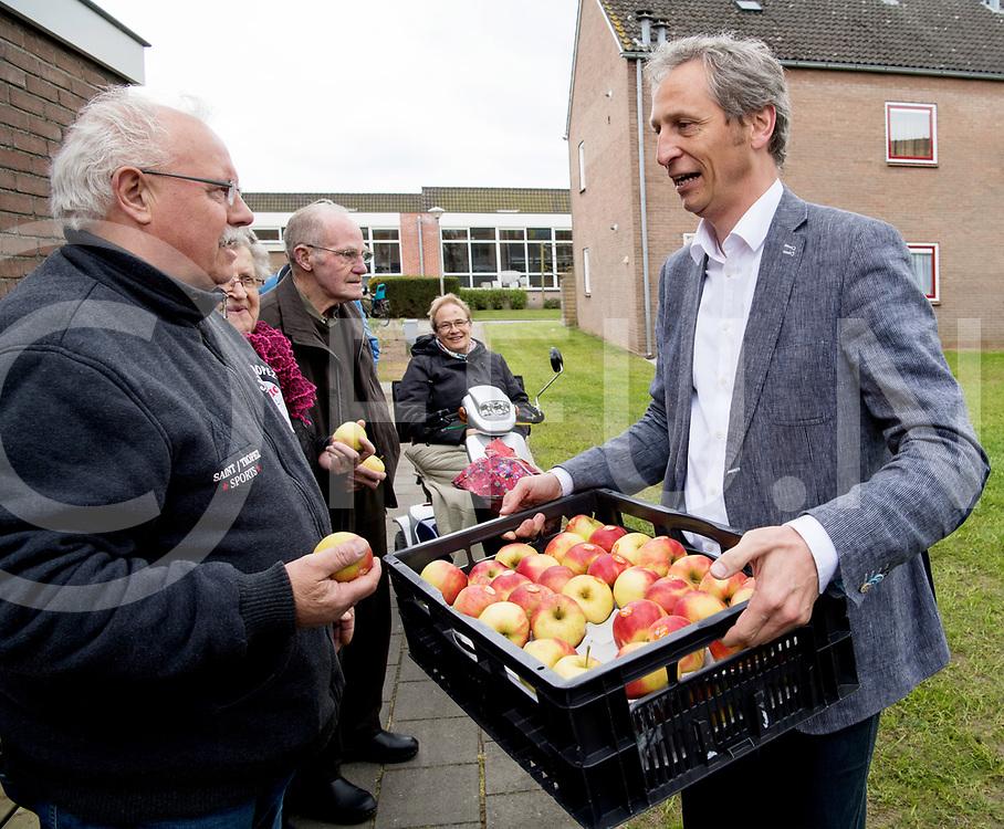 DALFSEN - Wijk boomgaard.<br /> Foto: Opening boomgaard door de nieuwe wethoudwer Jan Uitslag. Uitslag mocht een kratje appels uitdelen.<br /> FFU PRESS AGENCY COPYRIGHT FRANK UIJLENBROEK