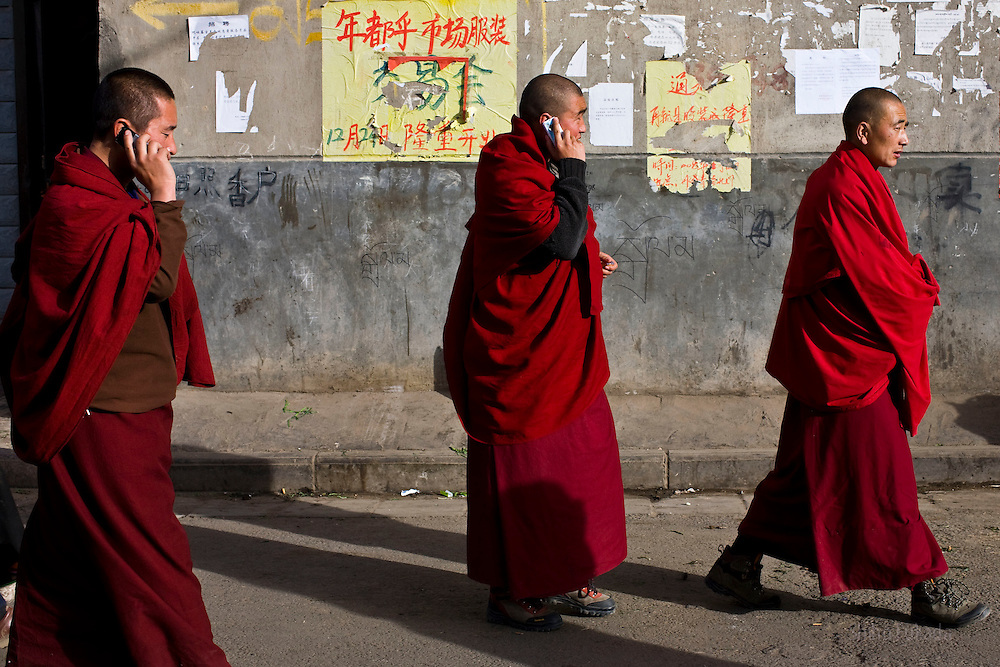 Tibet New Year - China - Edward Wong<br /> Monks from Rongwo monastery  (Longwu in Chinese) makes their way in Rebkong (Tongren in Chinese), Qinghai province in China, February 24, 2009. Photo by Shiho Fukada for The New York Times