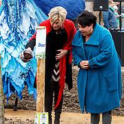 NLD/Almere/20150318 - Nationale Boomplantdag 2015, Prinses Laurentien met Jpolitica Sharon Dijksma