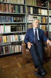 Teólogo e filósofo suíço, Hans Kung, durante entrevista na biblioteca. FOTO: Lucas Uebel/Preview.com