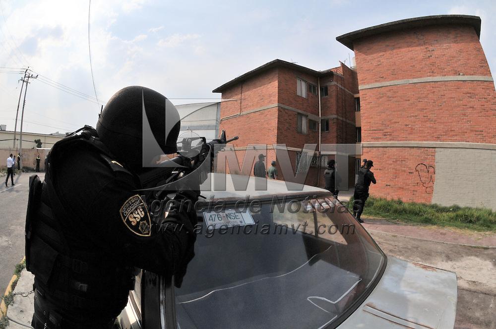 Nezahualcoyotl, Méx.- Un policia municipal murio y otro resulto herido tras una balacera con sujetos que se ocultaron en un edificio de departamentos de la unidad habitacional Rey Neza. Agencia MVT / Juan Garcia.