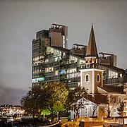 L'antica St Mary Church a Battersea con alle spalle il moderno grattacielo Montevetro.<br /> <br /> The old St Mary's Church in Battersea, in the background the modern Montevetro building.