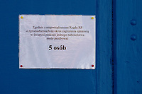 Bielsk Podlaski, woj. podlaskie, 08.04.2020. W liczacym 55 tys mieszkancow powiecie bielskim odnotowano 1/3 ( na dzien 8.04.2020 42 przypadki ) wszystkich zachorowan na koronawirusa w woj. podlaskim. Ulice miasta sa wyludnione, a ci ktorzy musza wyjsc w wiekszosci chodza w maseczkach ochronnych N/z informacja na drzwiach cerkwii informujaca, ze na nabozenstwie moze przebywac tylko 5 osob fot Michal Kosc / AGENCJA WSCHOD