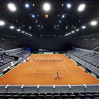 Nederland, Amsterdam , 8 september 2014.<br /> Op 12, 13 en 14 september wordt de grote zaal van de Ziggo Dome omgetoverd tot heuse gravelbaan voor Davis Cup: Nederland - Kroatië!<br /> Het Nederlands Davis Cupteamspeeltvan 12 t/m 14 september tegen Kroatië in de Ziggo Dome te Amsterdam. Inzet van dit promotieduel is een plek in de Wereldgroep.Speciaal voor dit evenement wordt een indoor gravelbaan aangelegd.<br /> De Davis Cup is de eerste tenniscompetitie welke in de Ziggo Dome gaat plaats vinden. Het eerste sportevenement in de Ziggo Dome was de Amsterdam Ice Hockey Cup, maar ook de autosportshow Top Gear Live werd in de Ziggo Dome gehuisvest.<br /> Op de foto: tennisser Robin Haase oefent in Ziggo Dome.<br /> Foto:Jean-Pierre Jans