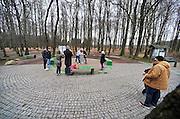 Nederland, Vaals, 8-2-2014Jongeren maken van elkaar een foto op het drielandenpunt. Hier raken de grenzen van drie landen elkaar, en ligt op de Vaalserberg waar ook het hoogste punt van Nederland ligt.Foto: Flip Franssen/Hollandse Hoogte
