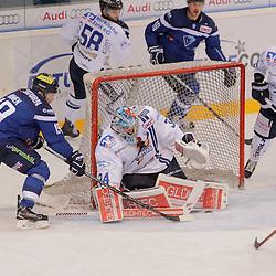 19 Danny Irmen (Stuermer ERC Ingolstadt) scheitert an 34 Chet Pickard (Torhueter Iserlohn Roosters), <br /> 58 Christopher Fischer (Spieler Iserlohn Roosters), 55 Ryan Button (Spieler Iserlohn Roosters), 61 Chad Bassen (Spieler Iserlohn Roosters) beim Spiel in der DEL, ERC Ingolstadt (blau) -  Iserlohn Roosters (weiss).<br /> <br /> Foto © PIX-Sportfotos *** Foto ist honorarpflichtig! *** Auf Anfrage in hoeherer Qualitaet/Aufloesung. Belegexemplar erbeten. Veroeffentlichung ausschliesslich fuer journalistisch-publizistische Zwecke. For editorial use only.