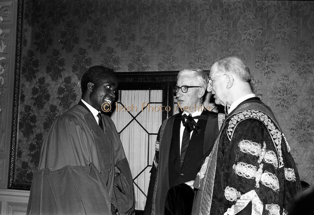 23/11/1964<br /> 11/12/1964<br /> 23 November 1964<br /> <br /> Dr. Kenneth Kuanda, President of Zambia receiving an Honorary Degree <br /> <br /> Dr. Kaunda chatting with President Éamon de Valera and Dr. John J McHenry Vice Chancellor N.U.I. and President University College Cork