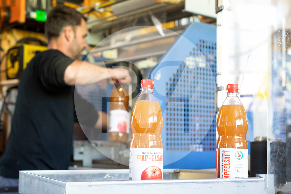 SCHWEIZ - RÖMERSWIL - Ein Mitarbeiter an der Etiketiermaschine in der Mosterei Muff etikettiert Züribieter Hochstamm Apfelsaft - 25. April 2019 © Raphael Hünerfauth - https://www.huenerfauth.ch