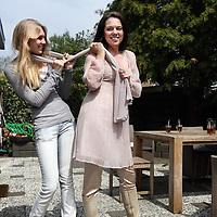 Nederland, Laren , 6 mei 2010..Esther Cecille Duller (Vlaardingen, 19 november 1966) is een Nederlandse televisiepresentatrice..Op de foto samen met haar dochter Beau..Foto:Jean-Pierre Jans