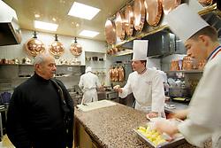 Collonges au Mont d'Or (69) : Cuisines du restaurant de Paul Bocuse. Ici le chef dans sa cuisine en pleine discussion avec ses commis. 10/03/2006 High cuisine chef Paul Bose died at 91 it was announced on Saturday. Photo by Soudan/ANDBZ/ABACAPRESS.COM