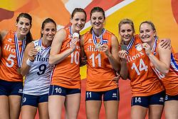 01-10-2017 AZE: Final CEV European Volleyball Nederland - Servie, Baku<br /> Nederland verliest opnieuw de finale op een EK. Servië was met 3-1 te sterk / Team Nederland pakt de zilveren medaille, Robin de Kruijf #5 of Netherlands, Myrthe Schoot #9 of Netherlands, Lonneke Sloetjes #10 of Netherlands, Anne Buijs #11 of Netherlands, Laura Dijkema #14 of Netherlands, Marrit Jasper #18 of Netherlands