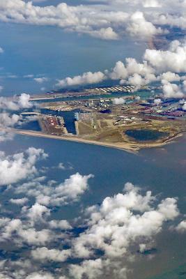 Nederland, Rotterdam, 21-3-2018Luchtfoto, beeld vanuit een passagiersvliegtuig van de 2e Maasvlakte en de ingang van het Haringvliet .Foto: Flip Franssen