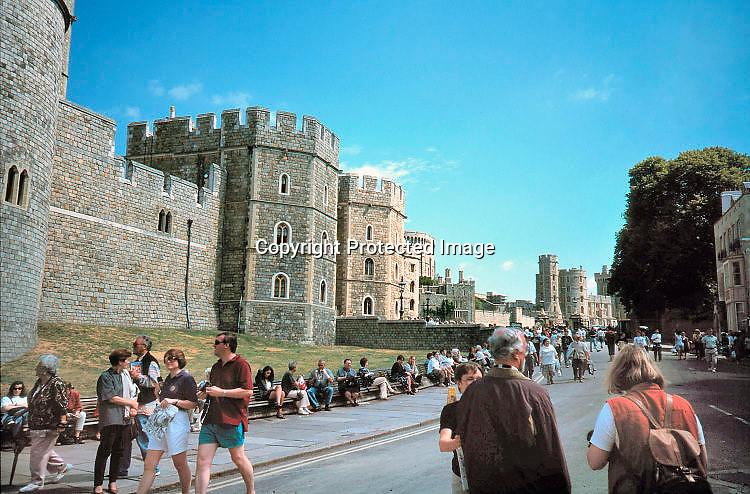 Engeland, Windsor, 2-7-1997Toeristen bij het kasteel Windsor Castle. Buitenverblijf van the Queen. Koningin. Foto: Flip Franssen