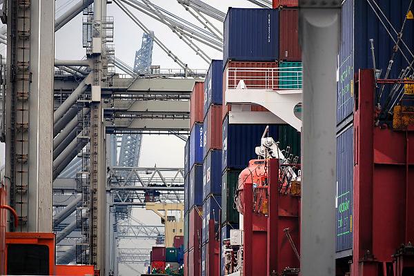 Nederland, Rotterdam, 12-12-2008Op de deltaterminal van ect worden containerschepen door grote hijskranen geladen en gelost.Foto: Flip Franssen/Hollandse Hoogte