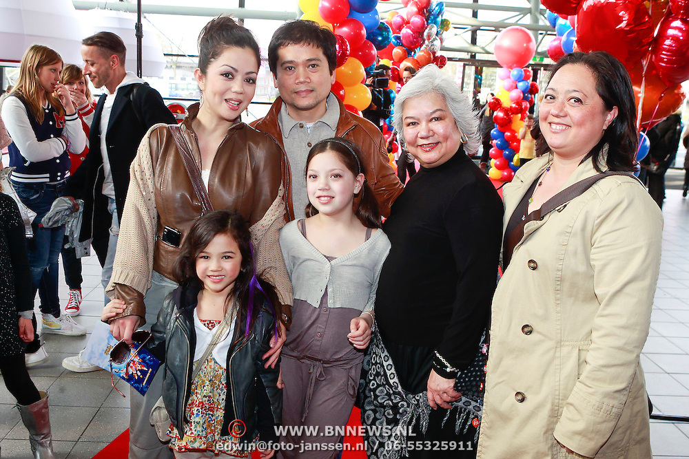 NLD/Rotterdam/20110401 - Premiere Disney on Ice 2011, Cystine Carreon met dochter Kyana en partner