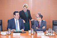 02 OCT 2018, BERLIN/GERMANY:<br /> Hubertus Heil (L), SPD, Bundesarbeitsminister, Franziska Giffey (M), SPD, Bundesfamilienministerin, und Heiko Maas (R), SPD, Bundesaussenminister, im Gespraech, vor Beginn der Kabinettsitzung, Bundeskanzleramt<br /> IMAGE: 20181002-01-008<br /> KEYWORDS: Kabinett, Sitzung, Gespärch