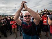 Des manifestants repoussent la Guardia civile après quelle est saisie les urnes pour le vote du référedum de la catalogne indépendante