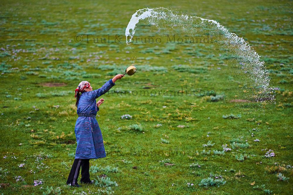 Mongolie, Province de Arkhangai, campement nomade, femme nomade faisant une offrande aux esrpits du Ciel, Tengri // Mongolia, Arkhangai province, nomad woman making an offering to Tengri, the spirit of the sky