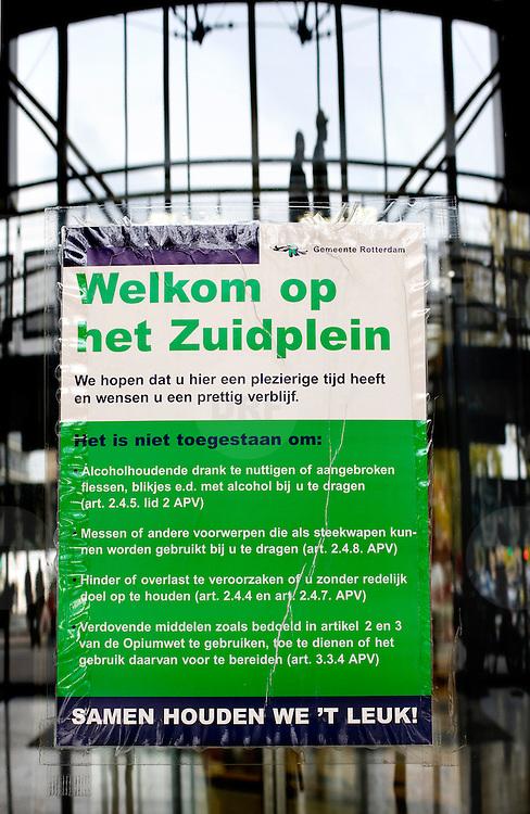 """Nederland Rotterdam 27 september 2007 20070927 Foto: David Rozing ..Gedragsregels Zuidplein winkelcentrum Rotterdam Zuid, poster """" Welkom op het Zuidplein"""" .Foto David Rozing"""