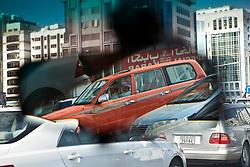 Visão do reflexo no espelho retorvisor do taxi em Abu Dhabi.  A cidade foi fundada pelos Banu Yas o 1761. O fortí Qasr a o-Hosn foi construído o 1793 e o 1795 já residia o xeic. Foi des então seu dos sucessivos governantes de Abu Dhabi; o março de 1892 pelos acordos exclusivos o emirat aconteceu protectorat britânico. O 1954 é estabeleceu em Dubai (dantes a Sharjah ) o oficial político britânico pelos emirats mas pouco depois é instalou um oficial político a Abu Dhabi exclusivo pelo emirat, que era o mais grande e importante do Trucial Oman.FOTO: Jefferson Bernardes/Preview.com