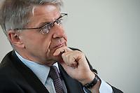 29 APR 2009, BERLIN/GERMANY:<br /> Rolf-Peter Hoenen, Sprecher der Vorstaende der HUK- COBURG Versicherungsgruppe und Praesident  des Gesamtverbandes der Deutschen Versicherungswirtschaft, waehrend einem Interview, Gesamtverband der Deutschen Versicherungswirtschaft<br /> IMAGE: 20090429-01-026